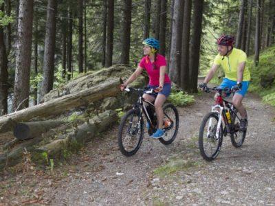 Paar beim Mountainbiken im Böhmerwald